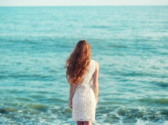 海辺の髪が綺麗な女性
