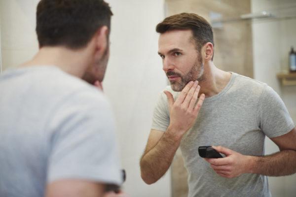 髭を剃る人