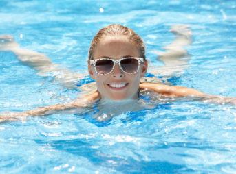 プールで泳ぐ女性