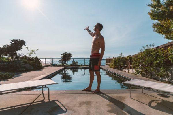 プールの前に立つ男性